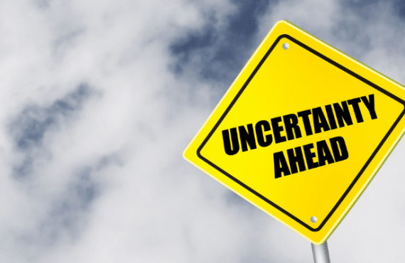 """Schild zeigt das Wort """"Unsicherheit"""""""